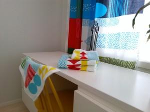 Ikean pyyhkeissä on paljon samaa kuin Marimekon Jokiuoma-kuosissa.