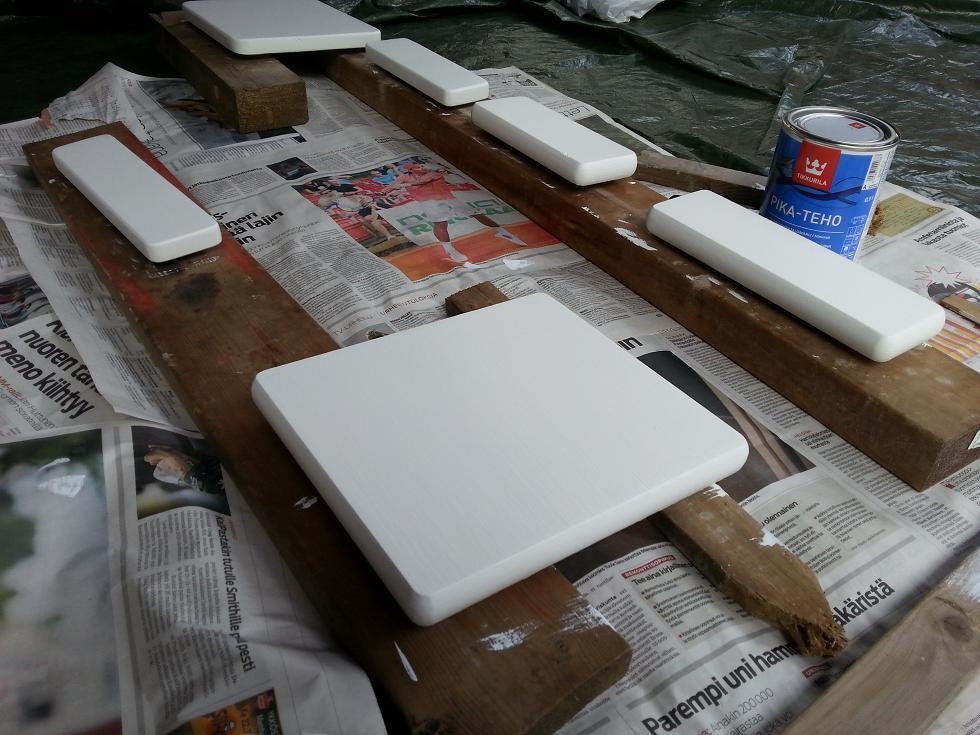 Askelmat maalattiin pohja- ja pintamaalilla.