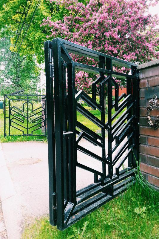 Jyhkeä, musta portti istuu tähän ympäristöön.