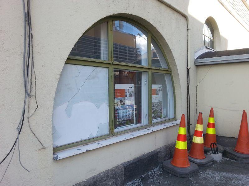 Kaari-ikkuna talon vasemmalla seinustalla.