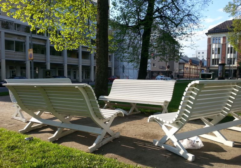 Snellmaninpuiston valkeita penkkejä oli raahattu istuinryhmäksi valmistujaisviikonloppuna.