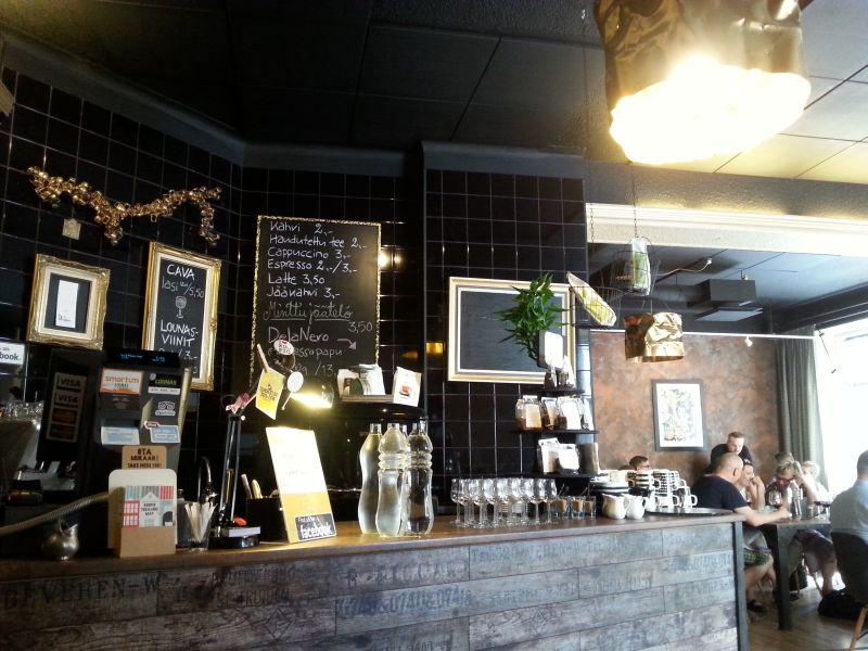 Ravintola Urbanissa ihastuttavat sekä ruoka että sisustus. Jos tihrustaa oikein tarkkaan, niin taustalla voi nähdä itse Anssi Kantelisen.