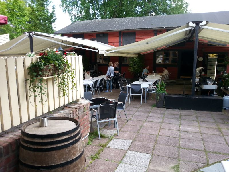 Sään salliessa ravintola Kummisedän terassi on suosittu paikka.