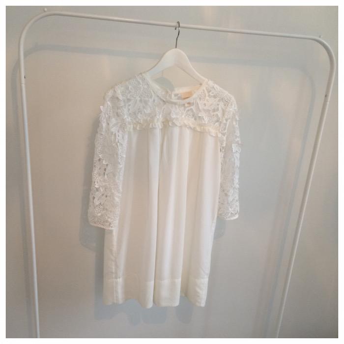 H&M:n Conscious Collection -mekossa oli meikkivoidetahroja, mutta mekko lähti mukaan kirpparilta siitä huolimatta. Tahrat lähtivät pois pesussa, ja mekko on yksi suosikeistani. Hintaa mekolla taisi olla 4 euroa.