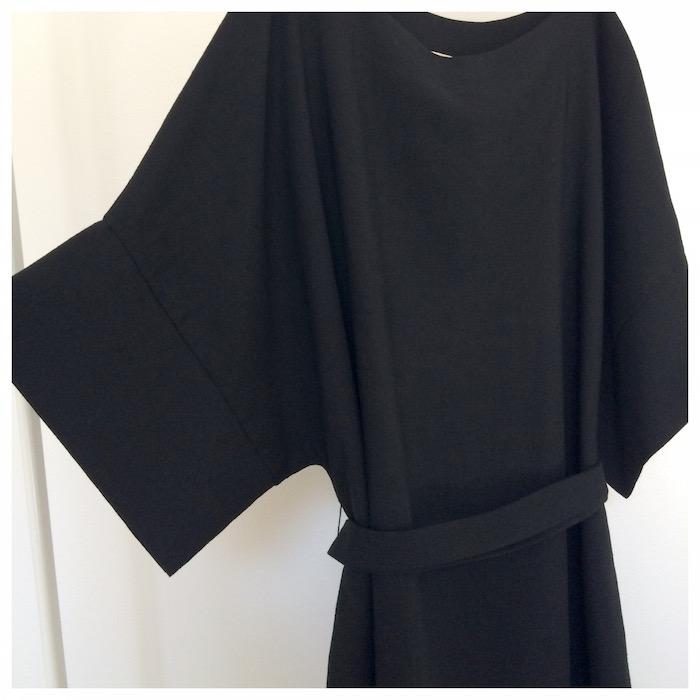 With Love Sanna Hopiavuori -merkin pellavasekoitetta olevan mekon juju piilee kimonotyylisissä hihoissa. Mekko on ilahduttavasti one size. Mekon ilmettä on helppo muuttaa kangasvyön avulla. Mekko on suunniteltu ja valmistettu Suomessa.