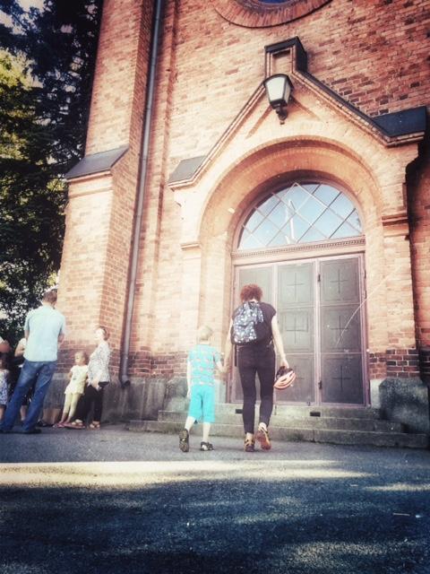 Mummu ja Daniel matkalla kirkkoon.