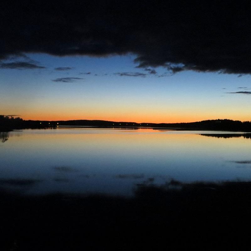 Paluumatkalla pysähdyn tuulettelemaan ja ihailemaan kaunista maisemaa, katse Nurmesjärven yli kohden Kajastetta, jonka valot tuikkivat pimeässä, toivottavat hyvää yötä.