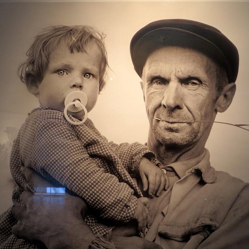 Isän työt olivat pelloilla ja metsissä, mutta isää ja syliä odotettiin. Syliin otettavia riitti, ehkäisyä ei tunnettu.