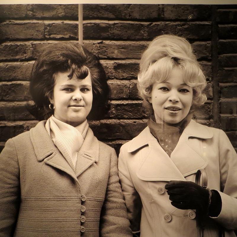 Tupeeratut, kovaksi lakatut hiukset, takki ja käsilaukku, silmien rajaukset. Oltiin hienoja. Äiti käänsi vanhoja vaatteita ja ompeli uutta, somisti ristipistoin.