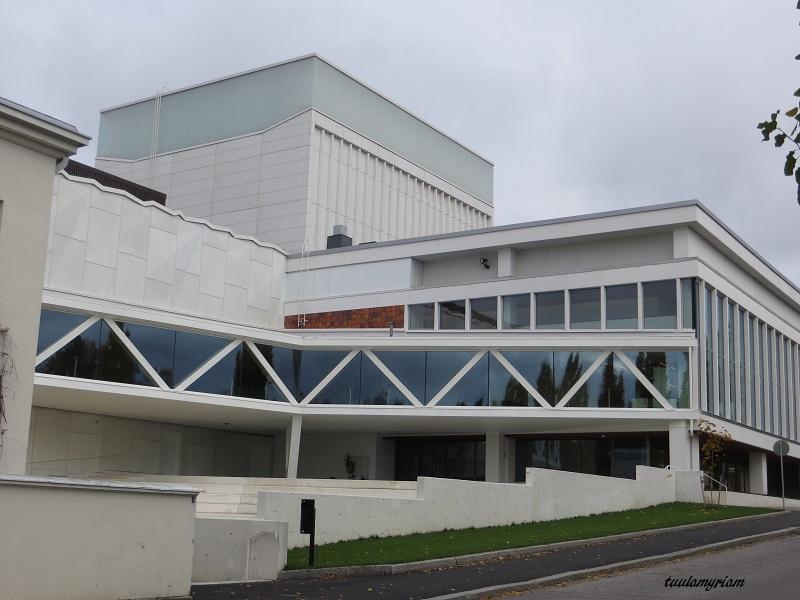 Kaupunginteatteri, Valkeisenlammelta päin katsottuna, mittavan remontin jälkeen.