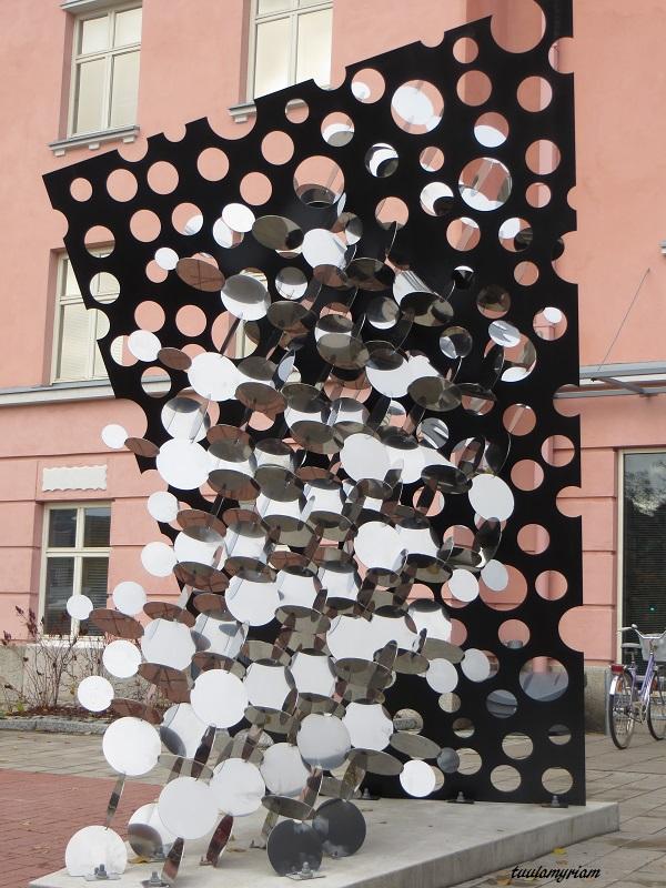 Pauno Pohjalaisen taideteos veroviraston edessä