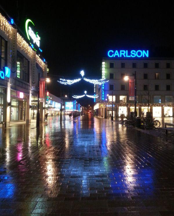 Nuo kaupungin kylmänsävyiset jouluvalot eivät oikein istu muihin valoihin. Esimerkiksi katuvalojen sävy on lämmin.