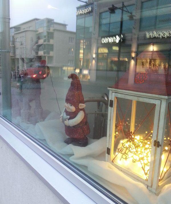 Näyteikkunoista on vaikea ottaa kuvia, mutta tuo tonttu H-talon ikkunassa saa sympatiapisteet. :)