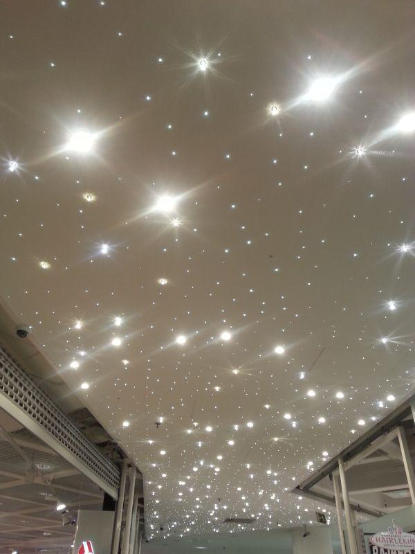 En tiedä, onko tämä katto - muistaakseni kauppakeskus Minnassa - valaistu aina näin, mutta ainakin joulun aikaan se sopii.
