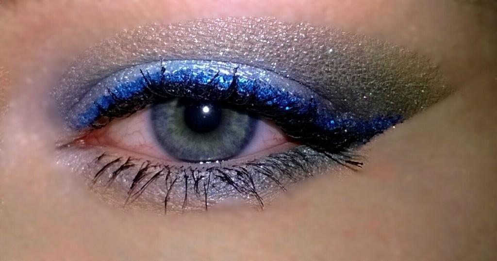 Rajaus tehty sinisellä irtoglitterillä sekä Make Up Storen Mixing Liquidilla