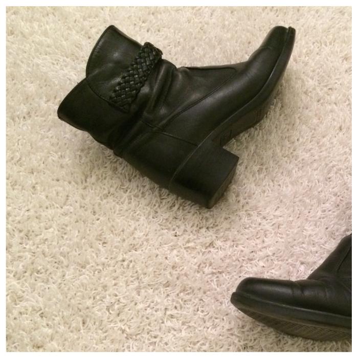 """Nämä nilkkurit sain äidiltäni jo joitain vuosia sitten. Nilkkurit ovat superlämpimät, sillä niissä on """"turkisvuori"""". Plussaa myös nilkkaremmistä, joka antaa kengille särmää."""
