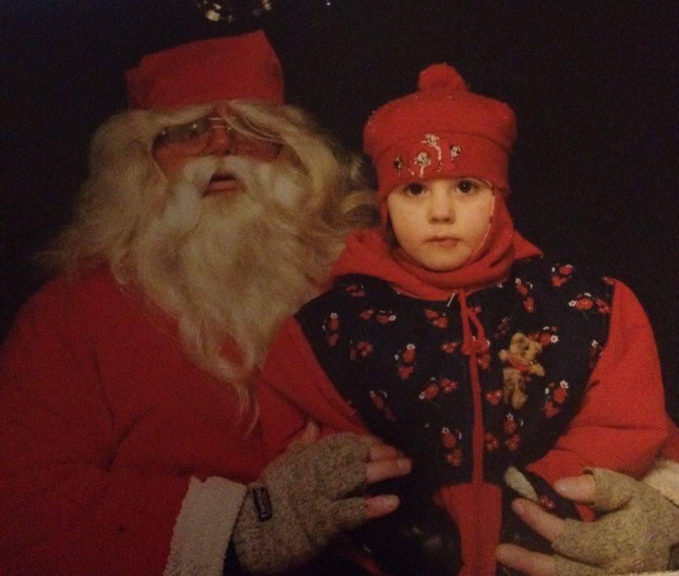 Joulupukin sylissä muutama vuosi sitten.