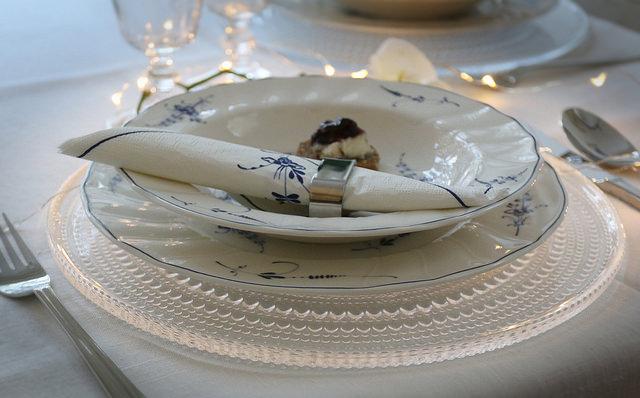 Juhlan kunniaksi pöytä katetaan kauniilla astioilla. Tunnelmaa tuo orkidea ja kätevä paristoilla toimiva led valolanka.