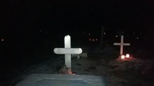 Kävimme jouluaattona viemässä Dosentille kynttilät lemmikkieläinten hautausmaalle. Siellä oli kaunista ja rauhallista. Kyynelittä sieltä ei päässyt kumpikaan pois.
