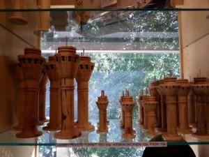 Puusta veistettyjä Puijon torneja Puijon tornin myymälässä.