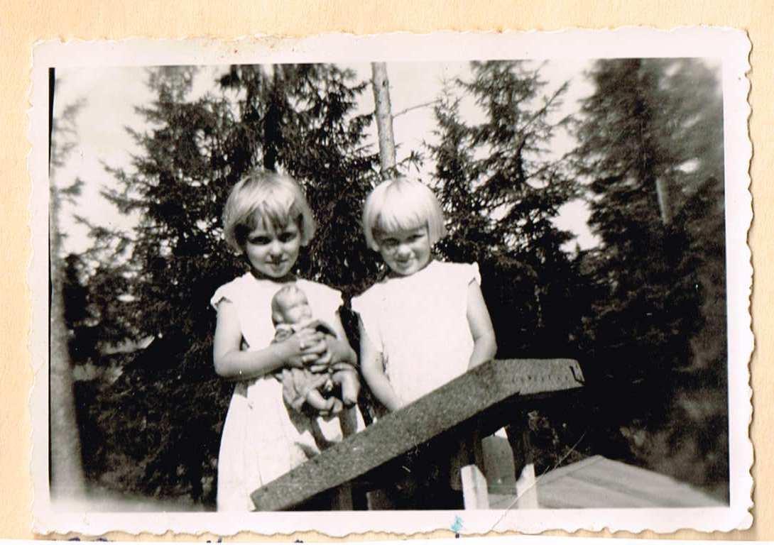 Sirpa ja Aila Anneli-nukkensa kanssa