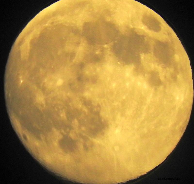 Tähtitaivas ja kuu näkyvät voimakkaina elämyksinä, tarkempina, kun ei ole katuvaloja.