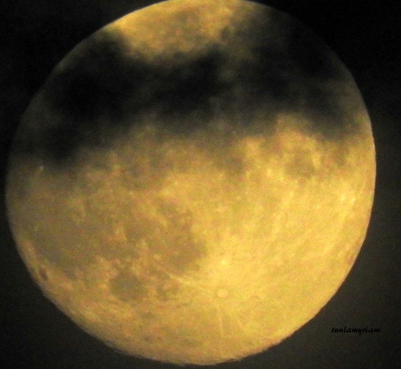 pilven riekaleet alkavat peittää kuuta
