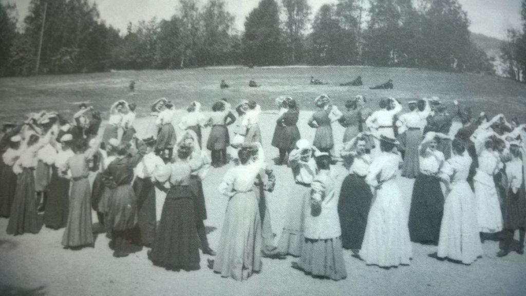 Pitkäaikaisen sisarseuran Kuopion Naisvoimistelijoiden voimistelijoita Vänärillä 1906