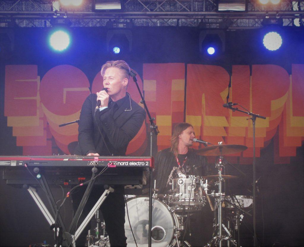 Lavalla nähtiin myös häivähdys historiaa, kun Von Hertzen Brothersien Mikko von Hertzen palasi hetkeksi Egotripin rumpukapuloihin ja esitti yhdessä yhtyeen kanssa Unihiekka-kappaleen, joka viimeksi on kuultu soitettavan vastaavalla kokoonpanolla vuonna 1996.