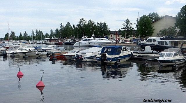 Venesatamassa makasiinien edessä kuopiolaisten veneet odottavat lomia ja lämmintä