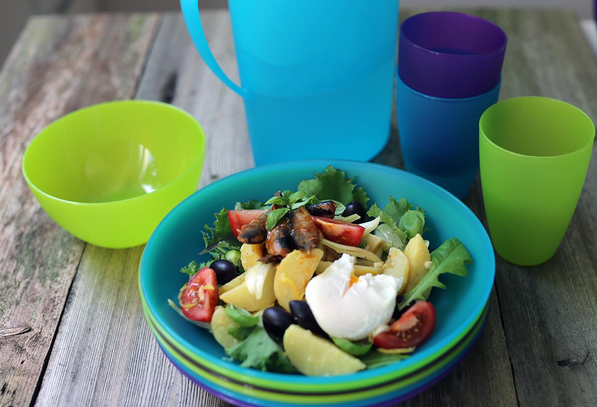 Väriä kattaukseen Orthexin kesäisillä astioilla. Muoviset astiat ovat kestäviä ja kevyitä. Ne sopivat hyvin piknikille tai mökille.