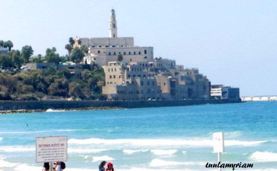 Jaffan vanhat kuuluisat rakennukset ja muurit näkyvät edessä, kun lähtee kävelemään rantatietä pitkin etelää kohti
