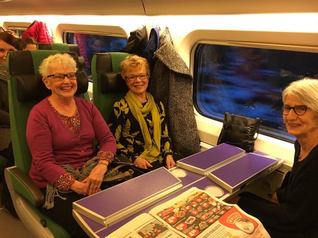 Kiltalaiset junassa matkalla Helsinkiin Voimisteluliiton tilaisuuteen