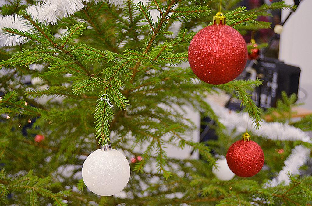 keiteleen joulunavaus joulu joulukuusi kuusi kuusenkoriste koristepallo kuusi koriste