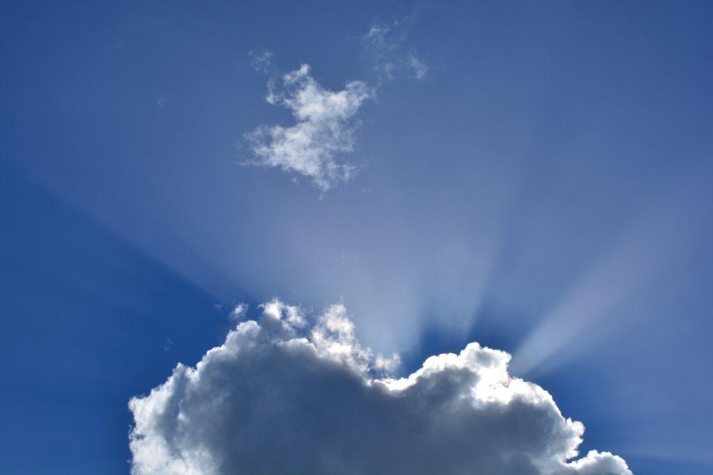 Aurinko paistaa pilven takaa.