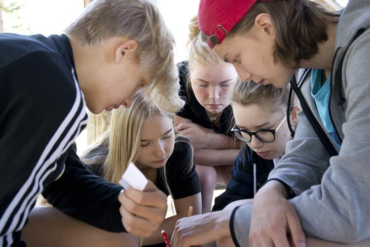 Nuoret rippikoulussa tekemässä tehtävää.