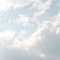 Poutapilviä aurinkoisella taivaalla.
