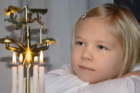 Tyttö katselee enkelikelloa.