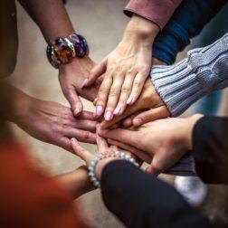Ihmisten käsiä yhdessä.