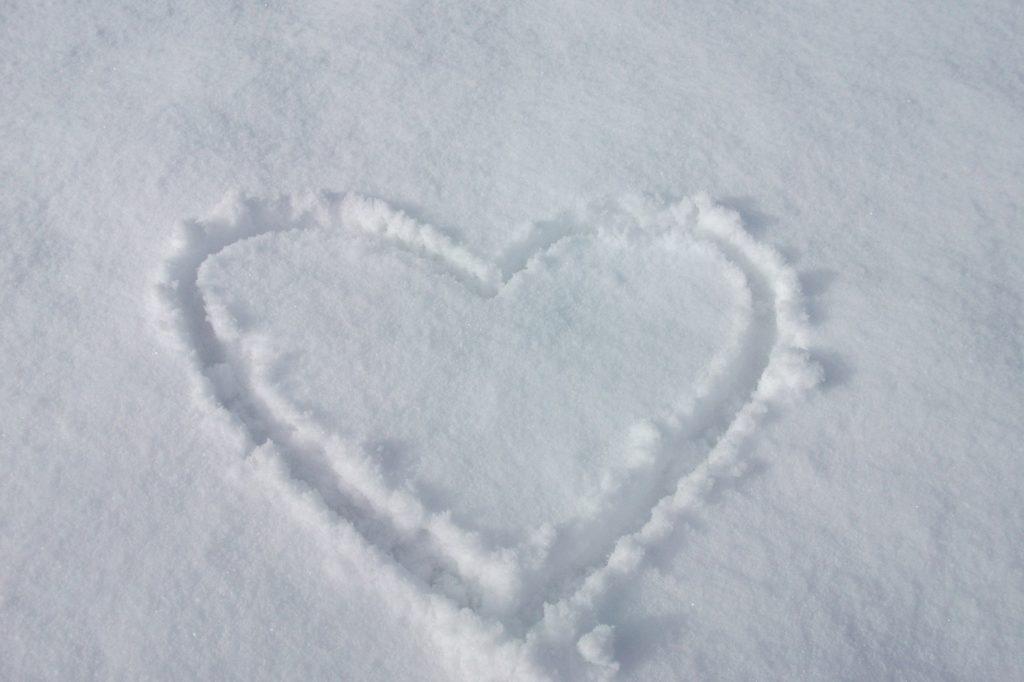 Lumeen piirretty sydän.