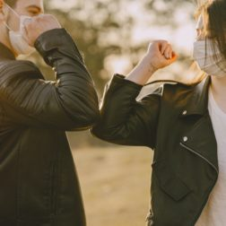 Mies ja nainen tervehtivät toisiaan kyynärpäillä