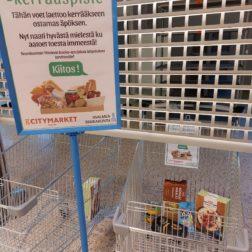 Jeleppikassikerräyksen piste iiisalmelaisessa kaupassa. Ostoskärrissä erilaisia kuiva-ainetuotteita.