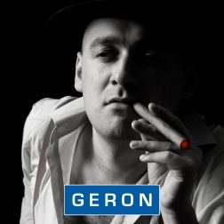 Mies polttaa sikaria.